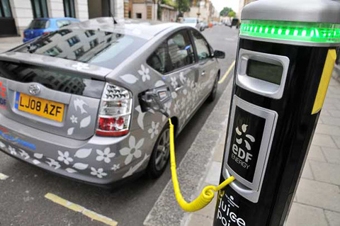 Новое поколение Тойоты Prius научилось бегать на одной электротяге, правда, недалеко — всего два километра. Кроме того, в компании работают над подзаряжаемой plug in версией гибрида с литиево-ионными батареями вместо никель-металлогидридных и увеличенным до 20 км пробегом на батареях